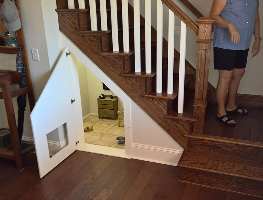 She built her dog a bedroom under the stairs and the for Room design under stairs